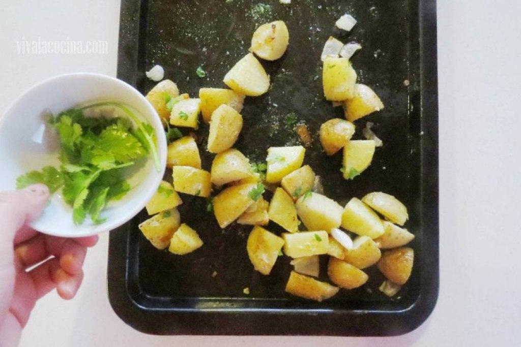 Añadir el Cilantrro en la receta de papas rostizadas