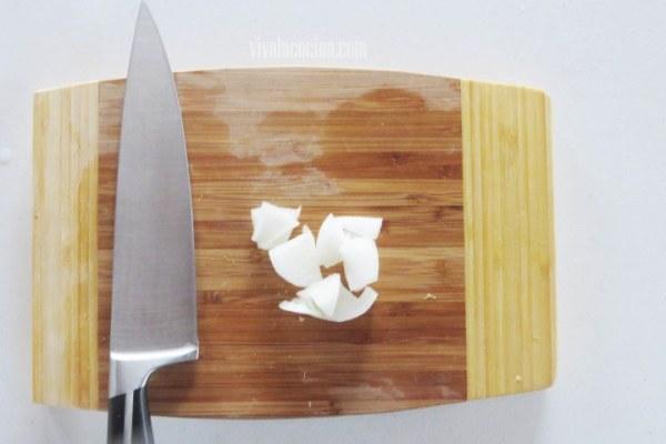 Añadir la Cebolla cortada para hacer la receta de papas rostizadas