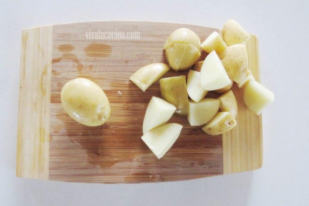 Picar las Patatas para hacer papas rostizadas al horno