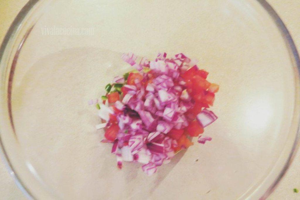 Picar la Cebolla para la salsa de piña tropical