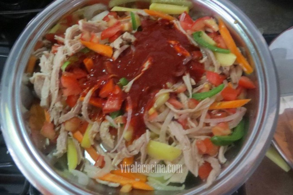 Agregar la salsa que hicimos con el Chile guajillo para la Pierna de Cerdo con Chile Guajillo