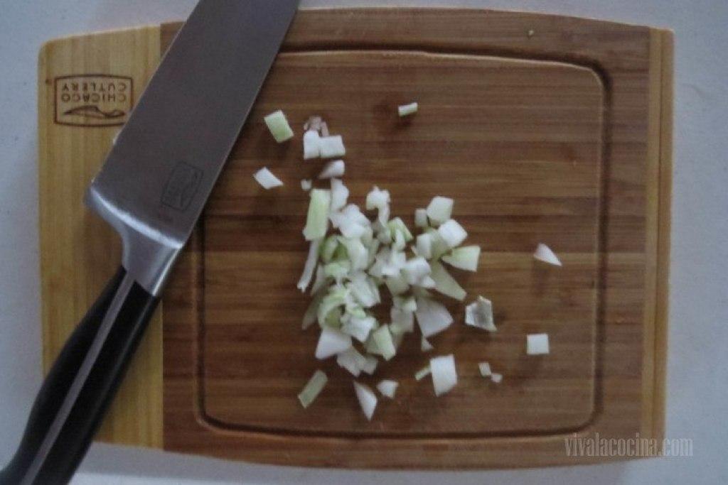 Primer paso para preparar la Crema de Calabaza: Picar la Cebolla