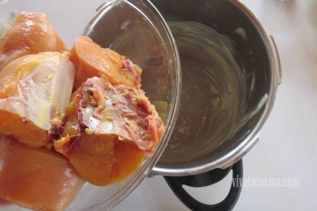 Añadir el pollo para el Pollo con Papas