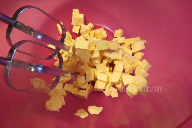 Acremar la mantequilla con azúcar hasta obtener una consistencia de pomada