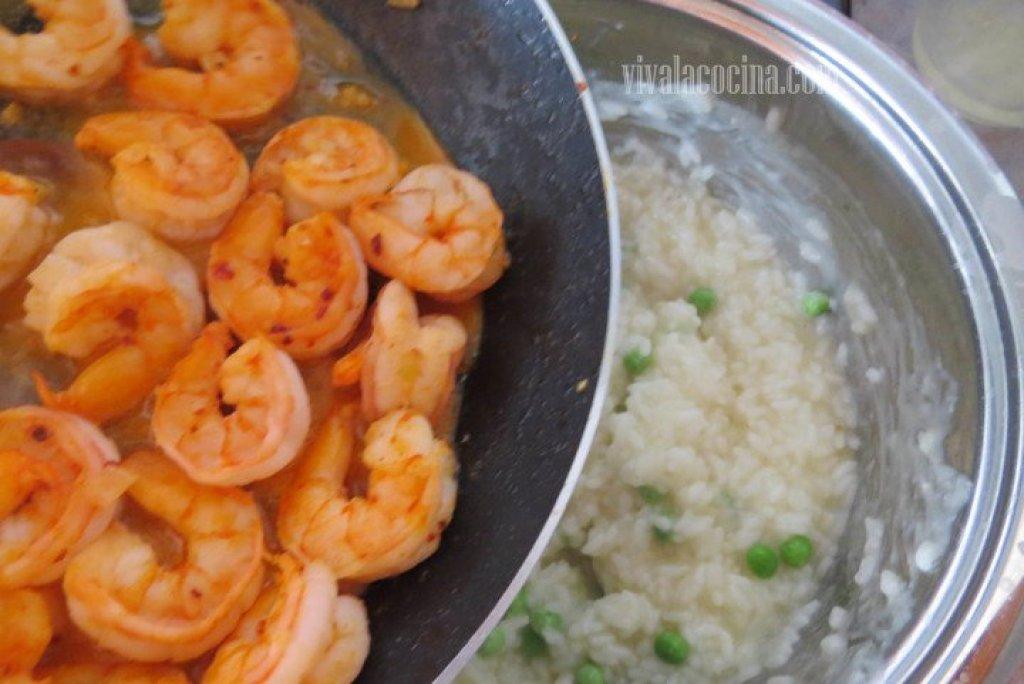 Añadir los Camarones al arroz para hacer el risotto