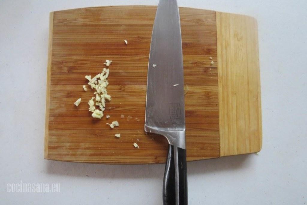 Picar el Ajo y la cebolla. Primer paso de la receta de chowder