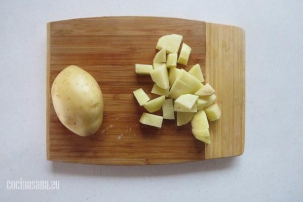 Pelar las papas o patatas y picarlas en cuartos o rebanadas