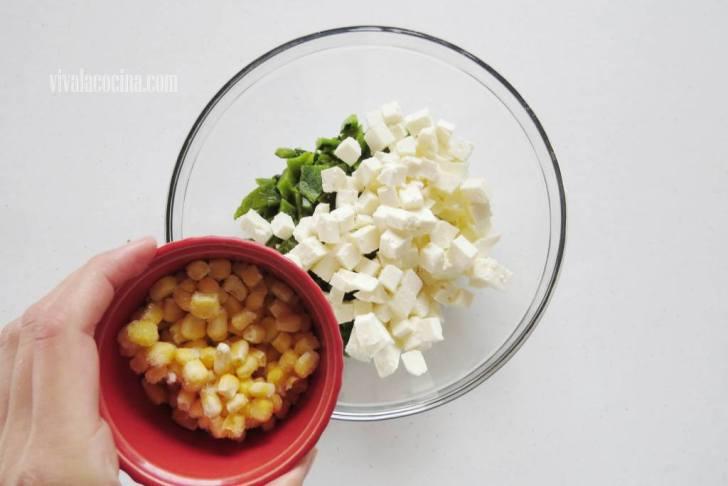 Añadir el Elote al chile poblano y al queso panela picado