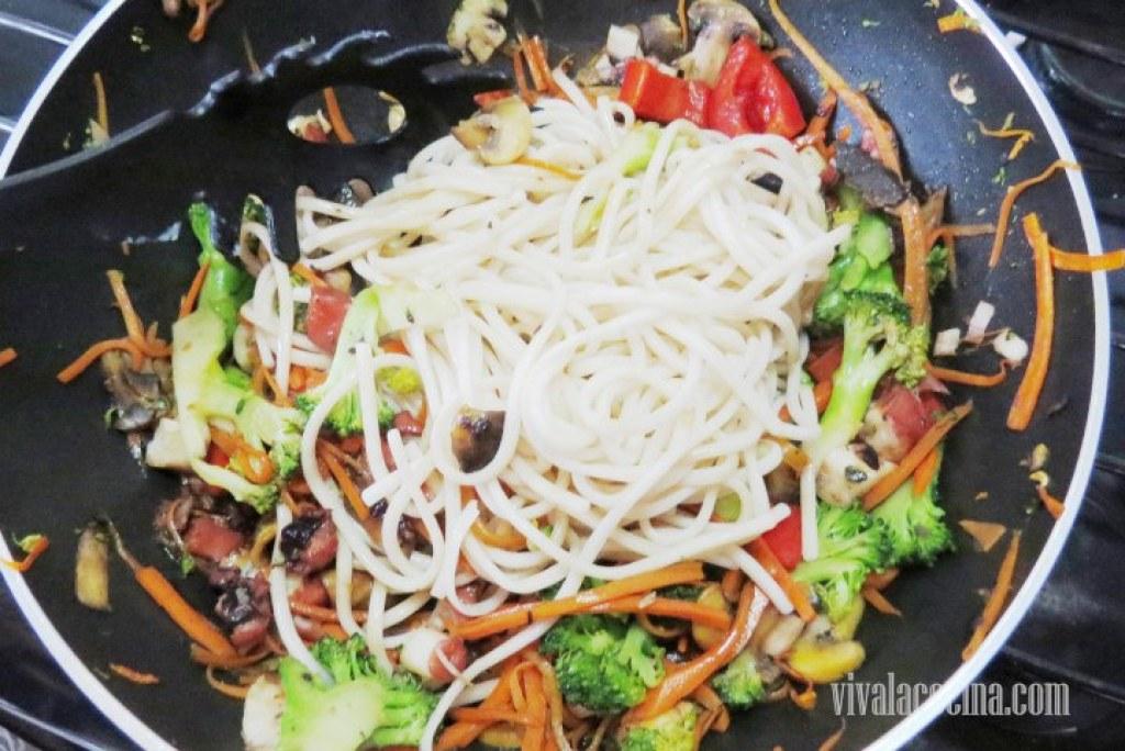 Agregar el fideo previamente cocido y escurrido a las verduras y mezclar muy bien