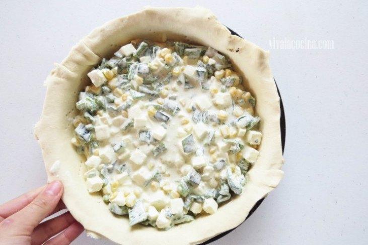Coloca el relleno de queso panela y rellenar el molde hasta cubrir todos los espacios