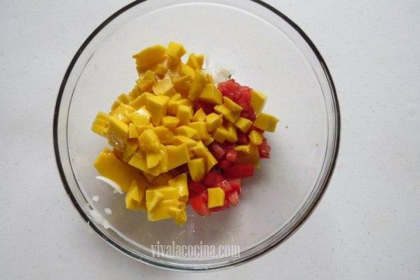 Añadir el mango picado y mezclar todo muy bien