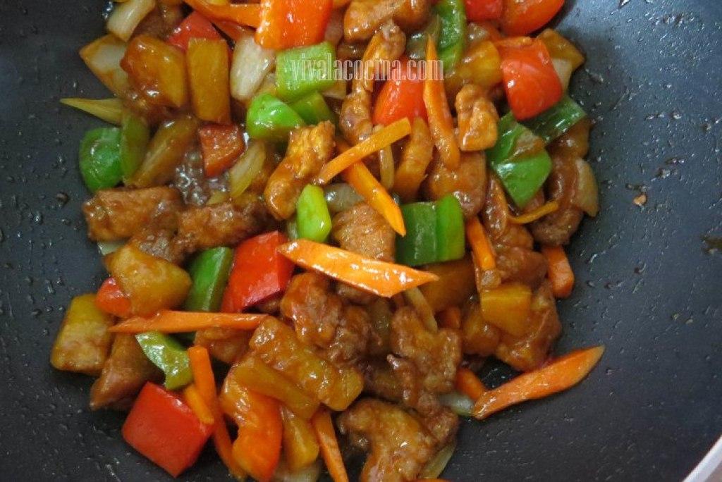 Añadir el Pollo Añadir la salsa agridulce que preparamos al principio y mezclar hasta integrar a todos los ingredientes