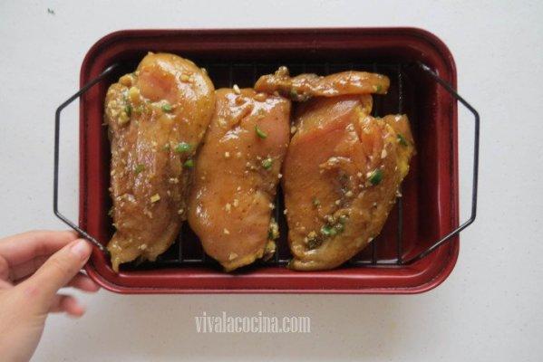 Colocar las pechugas marinadas en una charola para horno o sobre la sartén