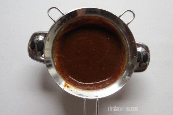 Colar la salsa para evitar que tengan una textura más suave.