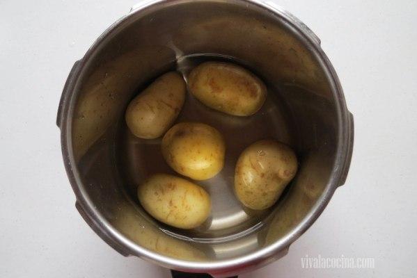 Cocer la papas para hacer el puré