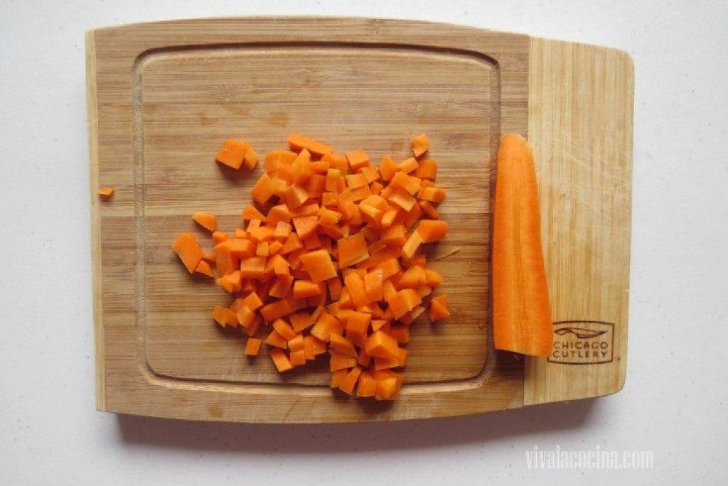Cortar la zanahoria en cubos pequeños de aproximadamente 1/2 cm. de grosor.