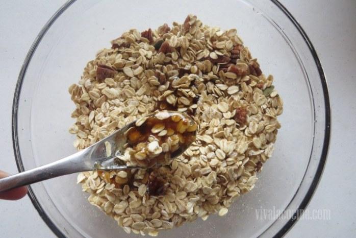 Añadir el Jarabe a la mezcla de cereales y frutos secos