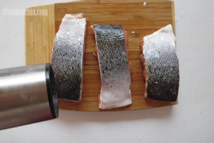 Salpimentar: Condimentar el Salmon con sal y pimienta