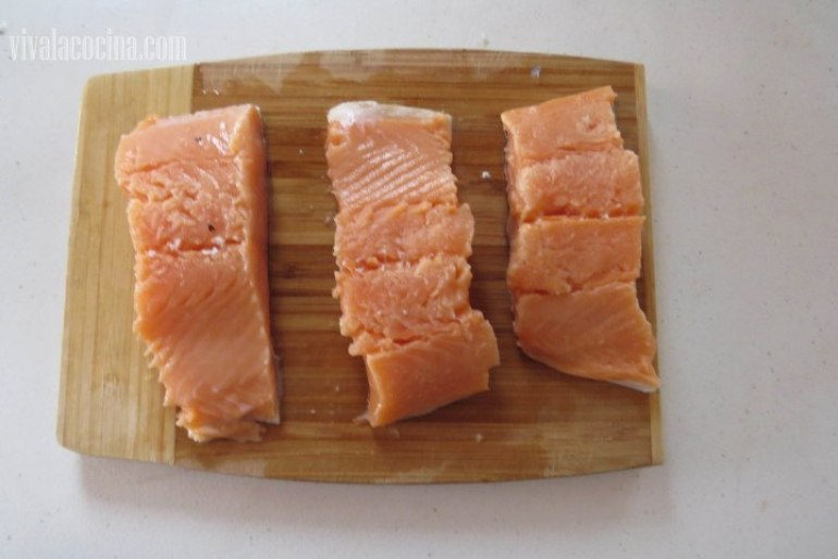 Rebanar el salmón en trozos gruesos, aproximadamente de 8 cm de ancho