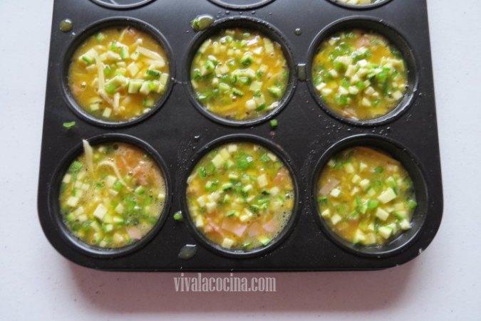 Añadir el Huevo para las Mini Frittatas