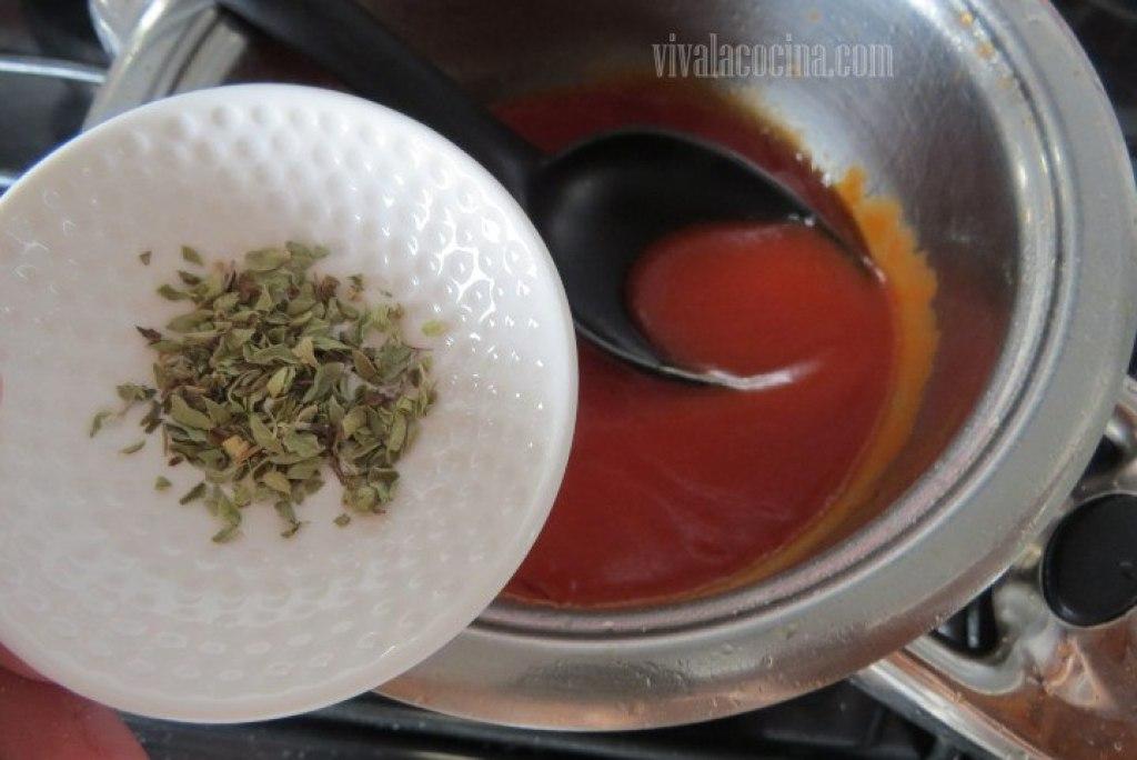Agregar el orégano para Espagueti con Camarones