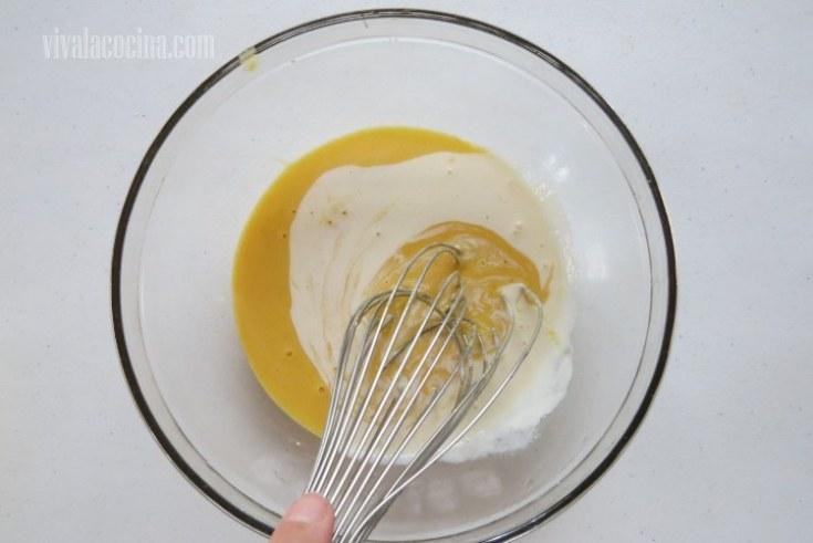 Temperar la mezcla de las yemas con la crema que infusionamos