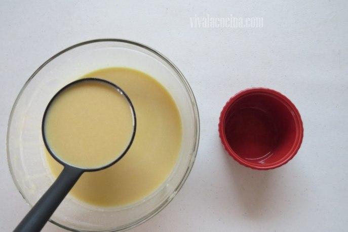 Colocar en el molde la mezcla para el creme brulee