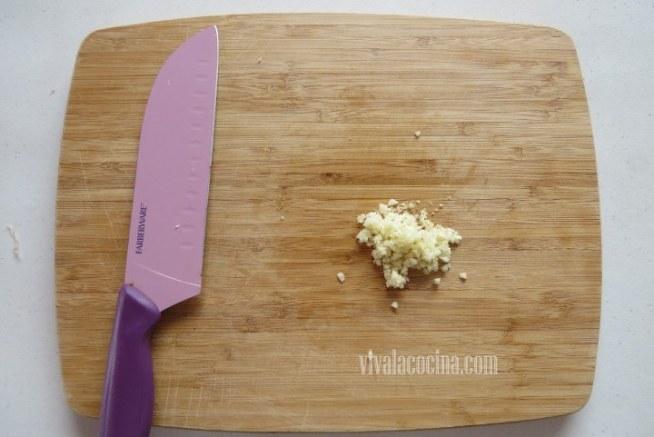 Picar el Ajo para Espagueti con Camarones