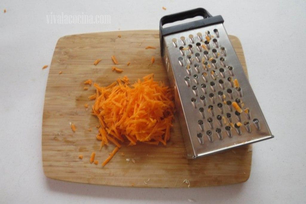 Rallar la Zanahoria para la receta de marlín ahumado en escabeche