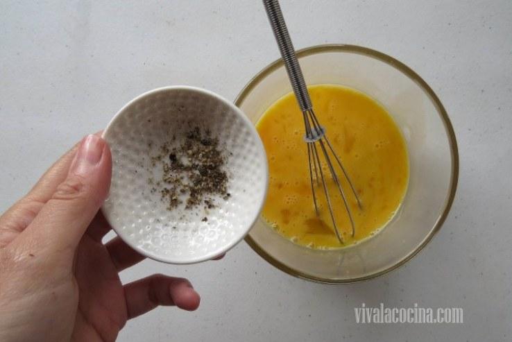 Añadir Pimienta al huevo batido para darle mas sabor al rebozado  de las frituras de calabacín