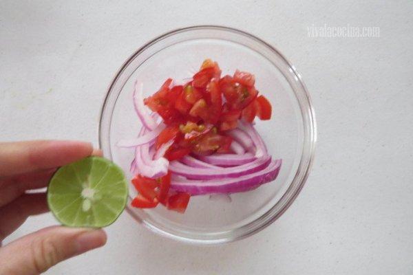Añadir el Limón para el Pescado en Salsa Macha