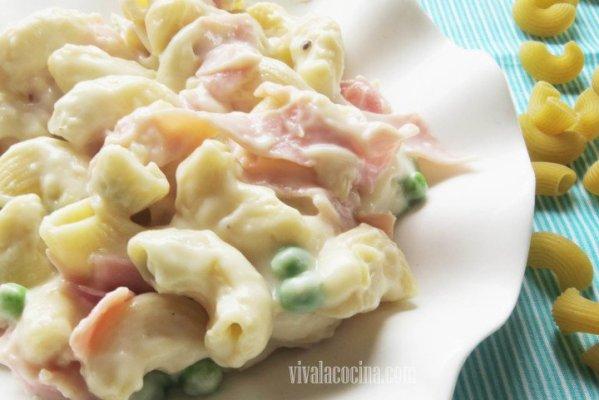 Pasta con salsa bechamel y guisantes