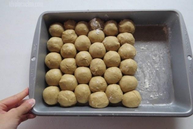 Acomodar en Molde la bolitas de brioche hechas con la masa