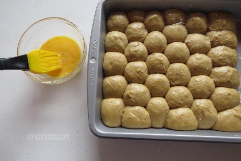 Barnizar con huevo las brioches de calabaza
