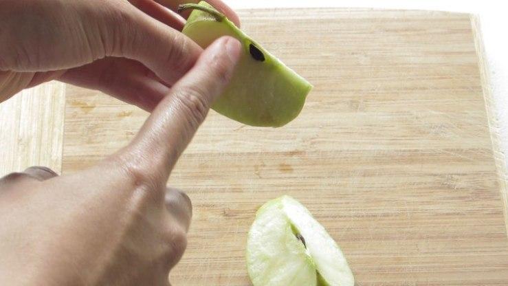 Retirar corazón de las manzanas para el ponche de manzanas