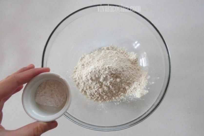 Colocamos harina y sal en un bowl y mezclamos para distribuir muy bien