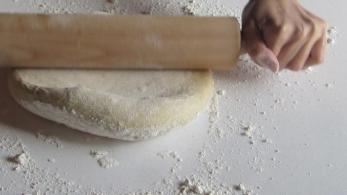 Extender la masa de los rollos de canela