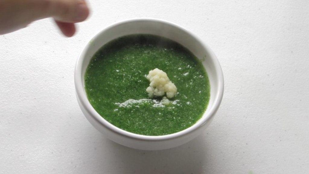 Servir la Sopa de coliflor y espinacas