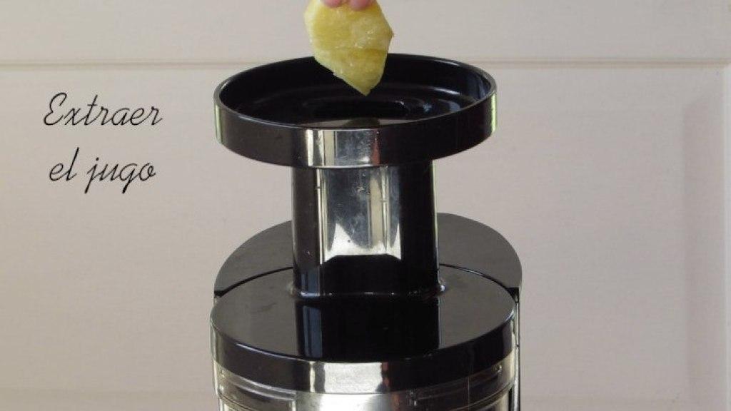 Extraer el Jugo de piña para hacer la gelatina para la gelatina de jugo de piña