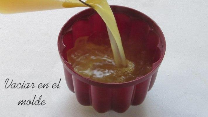 Vaciar en molde de gelatina para la gelatina de jugo de piña