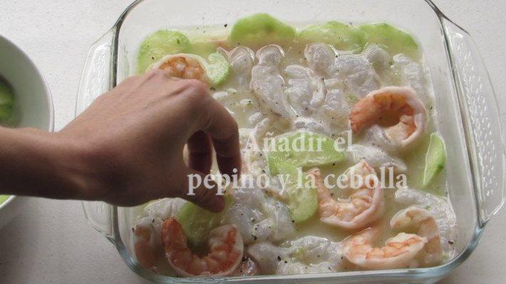 Agregar verduras al aguachile de camarón