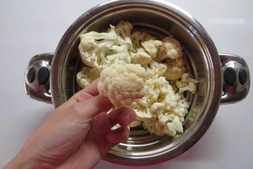 Colocar en una cacerola la coliflor y cocinar hasta que esté suave,