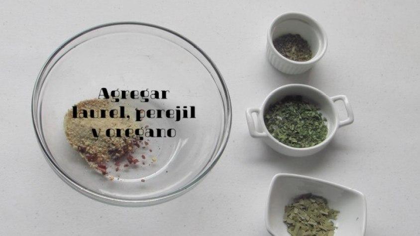 Agregar las Hierbas: laurel, perejil y orégano