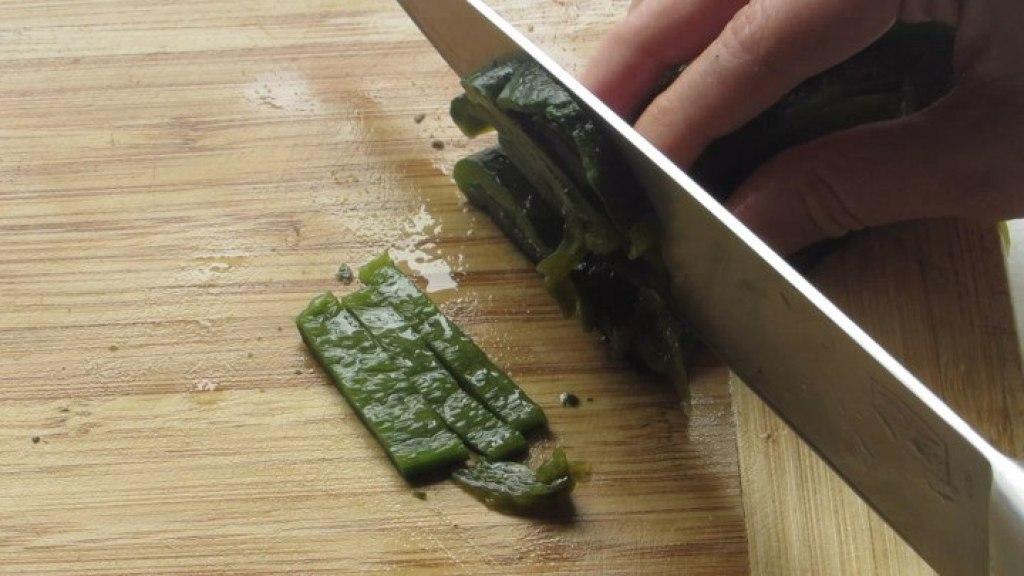 Picar los chiles asados