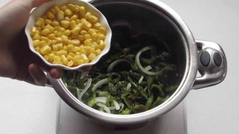 Saltear Todo: maíz amarillo, cebolla y chile poblano