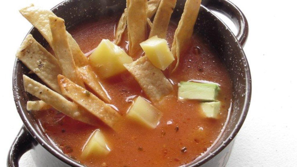 Servir la sopa de tortilla casera