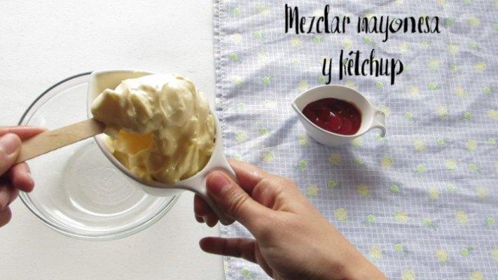 Mezclar mayonesa para hacer aderezo mil islas