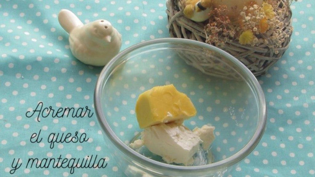 Acremar queso y mantequilla para hacer el glaseado