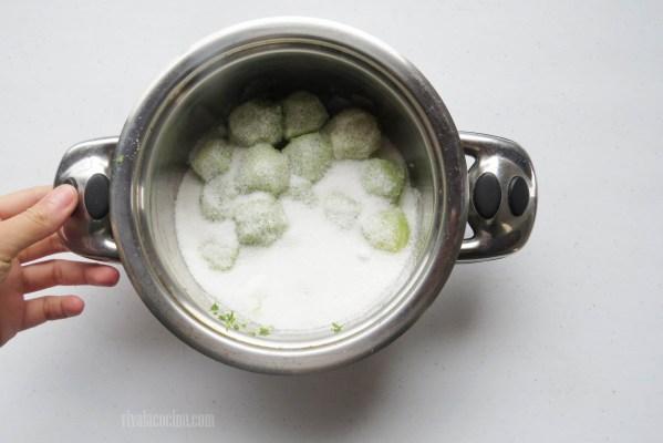 Agregar Azúcar para la Mermelada de Limón Verde casera