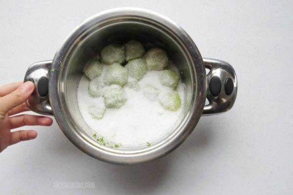 Agregar azúcar para hacer los buñuelos